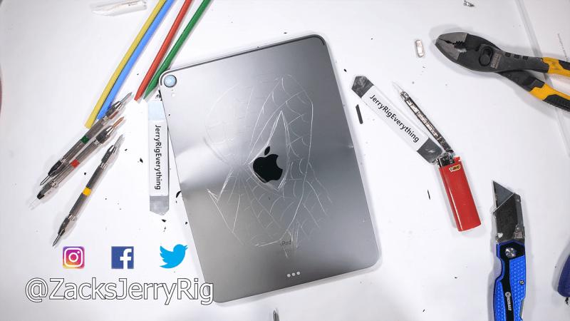 Apple iPad 2018 dễ dàng bị bẻ cong chỉ với tay không